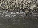 Kamenitý levý labský břeh pod bývalým železničním mostem v Barby.