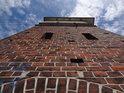 Strmý pohled na strážní věž na bývalém železničním mostě přes Labe v Barby.