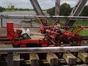 Zatáčečka na bývalém železničním mostě přes Labe v Barby jen potvrzuje, že železniční svršek je právě rozebírán.