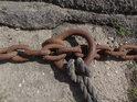 Přívozní lano připevněné k řetězu.