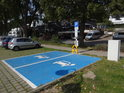 Nabíjecí dvojitá stanice pro elektromobily u přístaviště Geesthacht.