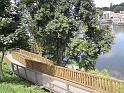 Dřevěná lávka od zámku v Brandýse nad Labem k řece tvoří romantické serpentiny.