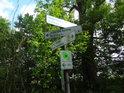 Ukazatel cyklostezek v luhu na rozcestí zhruba oproti obci Brambach.