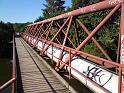 Mostek přes Labe slouží nejvíce parovodu, ale souběžná lávka pěším a zdatným cyklistům.
