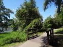 Mostek cyklostezky přes kratičký pravobřežní přítok Labe nad Hohenwarthe.