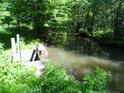 Stavidlo přívodní stoky do Bohdanečských rybníků se nachází na pravém břehu Opatovického kanálu.