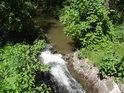 Kamenným žlabem vedou první metry přívodní stoky do Bohdanečských rybníků, tak dostatečný je tu výškový rozdíl hladin.