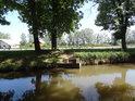 Stavidlo na levém břehu Opatovického kanálu, které zajišťuje zásobování bohdanečských sádek vodou.