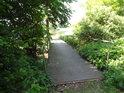 Lávka přes přívodní kanál k jednomu z Bohdanečských rybníků.