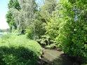 Hráz mezi přívodním kanálem a jedním z Bohdanečských rybníků.
