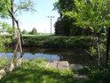 Přístup k Opatovickému kanálu mezi zahradami v Čeperce.