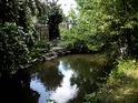Výhoda zahrad u umělých vodních toků je mimo jiné i v blízkosti zdroje vody na zalévání.