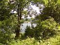 Okénkem mezi vegetací je možné spatřit hráz přehrady Labská.