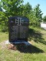 Pomník vojákům Wermachtu, padlým při bojích o nedaleký železniční most přes Labe. O nesmyslnosti národnostního rozdělení budiž napoví příjmení. Jsou mezi nimi 2 česká, 1 polské a 1 židovské. Takže asi kdysi přišli do Německa jejich předci, či dokonce oni sami...