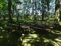 Hostinské posezení v zámeckém parku Storkau.