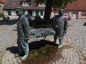 Fischerbrunnen, sousoší rybářů nesoucích síť, ze které kape voda, je možné jej považovat do jisté míry též za fontánu, Alter Markt, Arneburg.